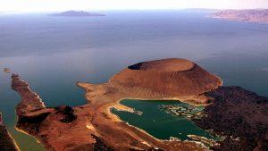 Ripresa aerea del lago Turkana con South Island e il cratere Nabiyotum-Kenya Vacanze